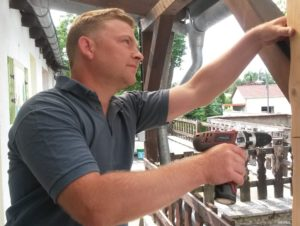 hausmeisterservice kaufmann mit akkuschrauber